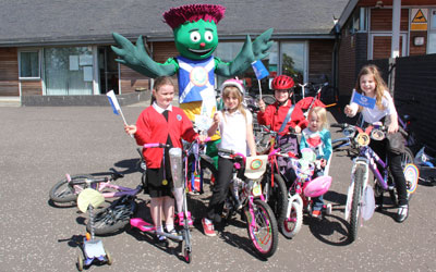 Pupils in Gorebridge bling their bikes to impress Clyde the mascot